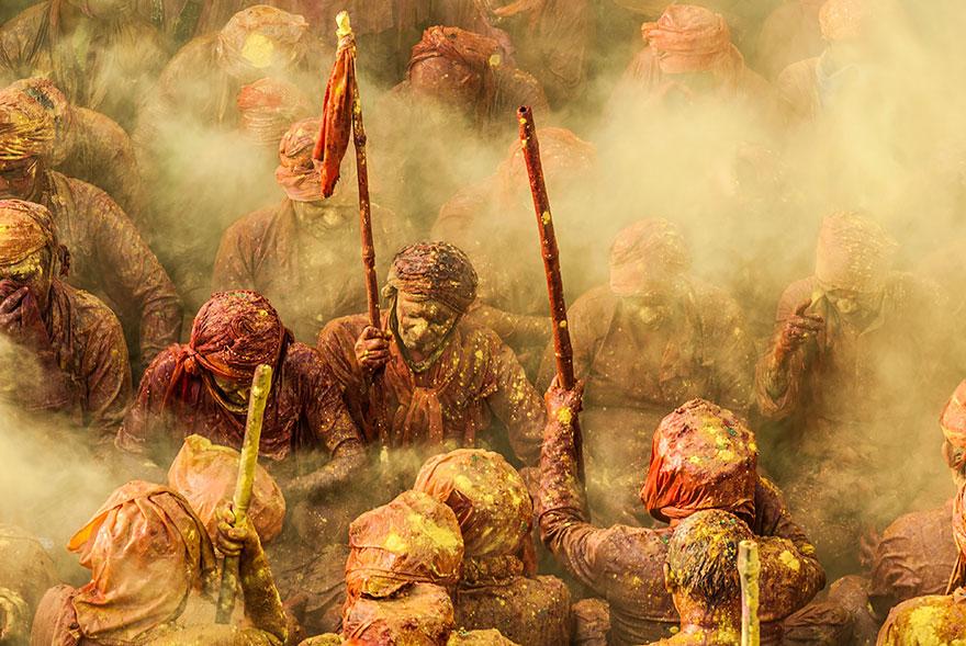 Святые (Холи) - индийский праздник ламар и кидание краской