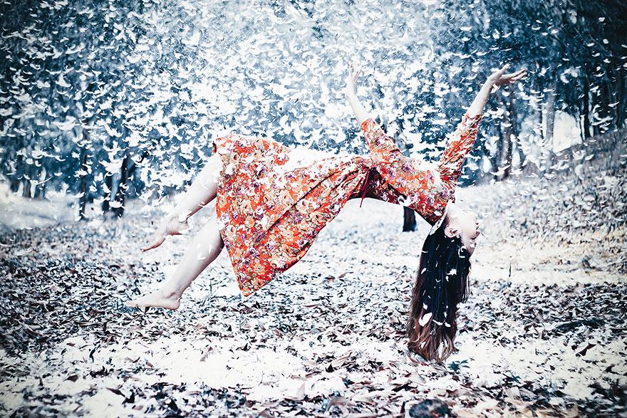Девушка, застывшая в облаке перьев - международный конкурс фотографии
