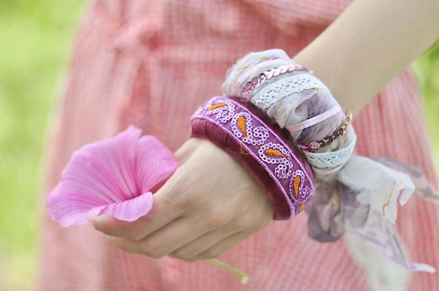 обтянутый тканью браслет с тесьмой и пайетками