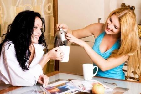женские посиделки две девушки за чаем наливает в чашку