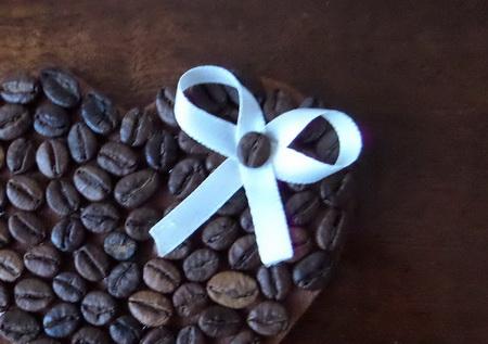 Как сделать валентинку на магните из зерен кофе?