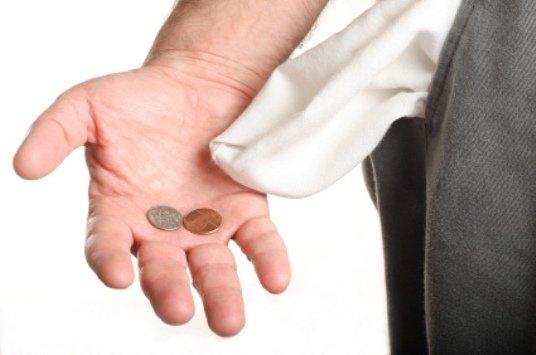 нет денег вывернутый карман с дыркой монетки на ладони