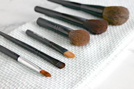 Как правильно чистить кисти для макияжа?
