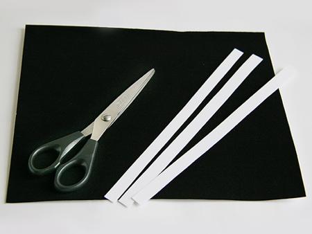Разрежьте листы бумаги на длинные полоски