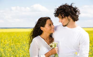 невинные полу-объятия за плечи – это самый безопасный способ продвинуться вперед к большей физической близости и уязвимости