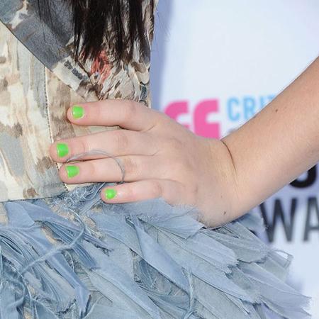 Яркий лак для ногтей