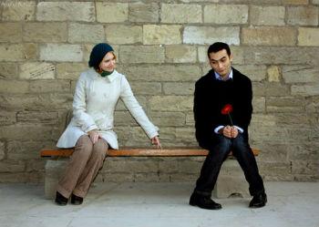 девушка и стеснительный парень на скамеечке флирт