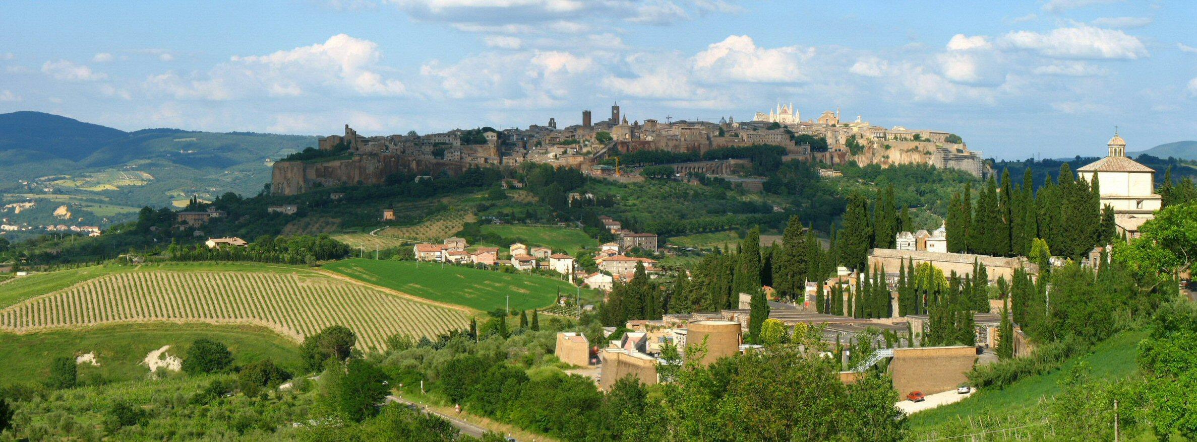 Орвието Умбрия, Италия, вид на город и поля панорама