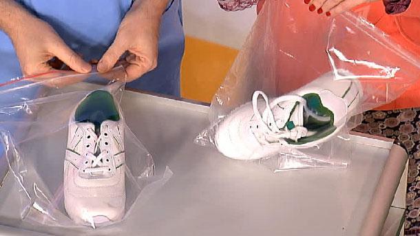 мужчина и женщина упаковывают в полиэтилен кроссовки