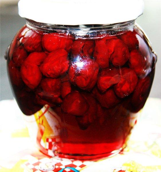 банка с вишневым вареньем