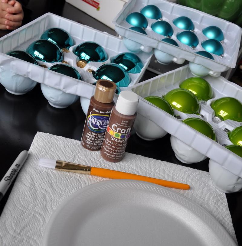 Как легко сделать елочные игрушки с детскими отпечатками?