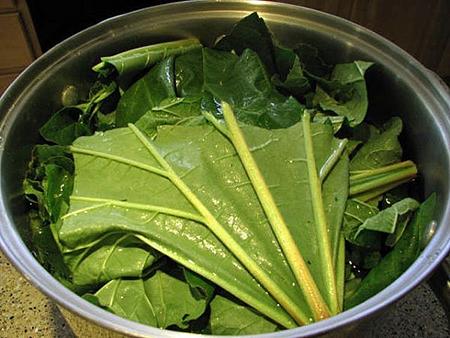 Потушите листья: залейте водой полностью – чтобы листья из нее не торчали