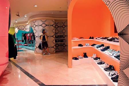 Прежде всего, найдите хороший фирменный магазин, специализирующийся на спортивной обуви