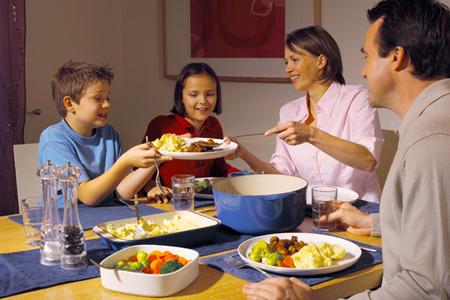 Так часто, как только сможете, собирайтесь вместе на семейный ужин
