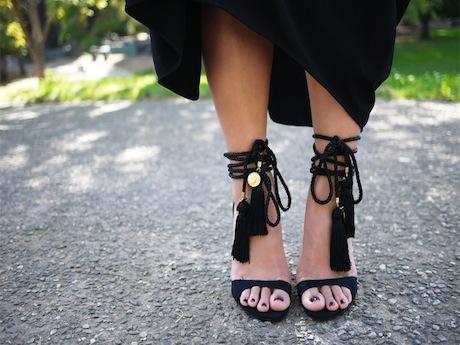 как сделать слишком простые туфли модными: тряпичные/замшевые сандалии с кисточками