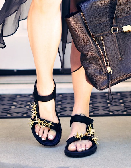 как сделать спортивные сандалии красивыми и модными: бусины и гламур