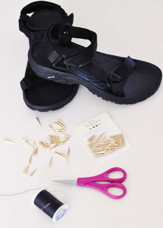 спортивные сандалии, длинные и острые бусины
