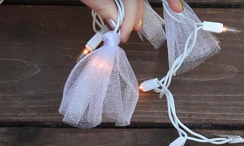 Как оригинально и быстро украсить новогоднюю гирлянду фатином?