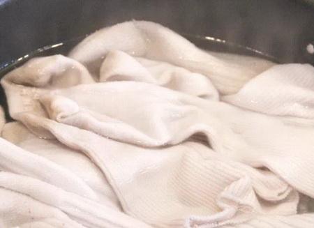 Как быстро убрать пятна от дезодоранта на одежде?