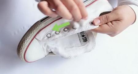 Как правильно очистить белые кеды?