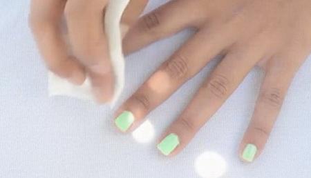Как быстро снять остатки лака вокруг ногтя?