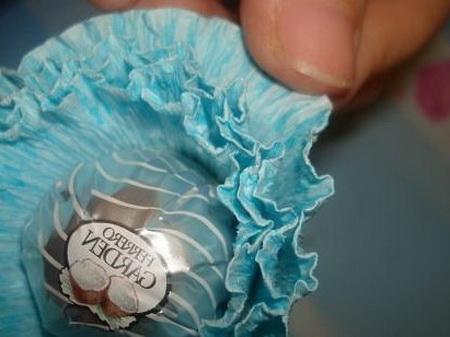 Как сделать корзинку из конфет для подарка на 8 марта?