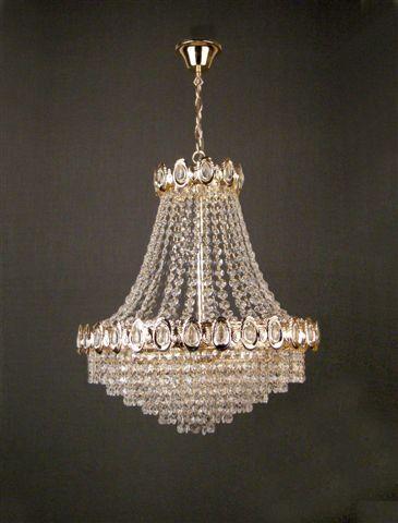 Повесьте люстру-канделябр со сверкающими хрустальными капельками в центре спальни или гостиной/обеденной комнаты