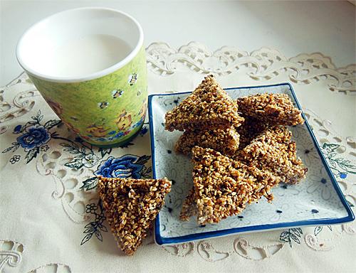 печенье козинаки хрустики на тарелке рядом чашка молока