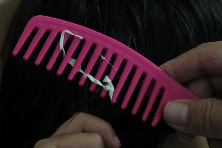 Как снять жвачку с волос без потери локонов?
