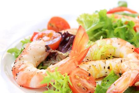 порция из 85 г креветок поставит в организм более 100 мг холестерина