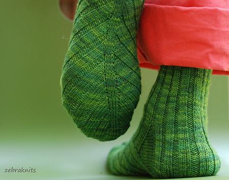 Наденьте сверху на выбранную обувь коричневые/красно-коричневые/землисто-зеленые или схожие по цвету носки