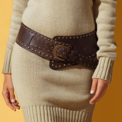 А вот так можно при помощи пояса сделать самое простое вязаное платье праздничным