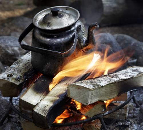 Экологический отель из землянок (Kolarbyn Ecolodge), Швеция - кипятим воду в чайнике на костре