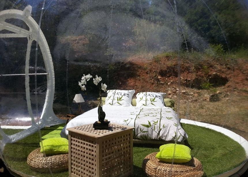 «Отель пойманной мечты» (Attrap Reves Hotel) из прозрачных надувных номеров-пузырей, Франция - вид из номера