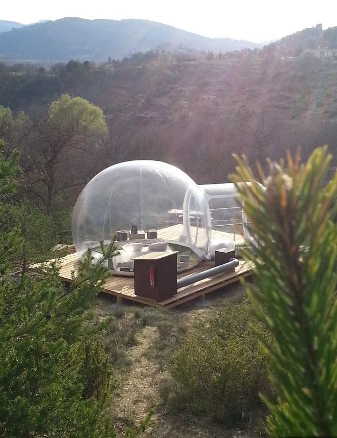 «Отель пойманной мечты» (Attrap Reves Hotel) из прозрачных надувных номеров-пузырей, Франция - вид на номер на обрыве