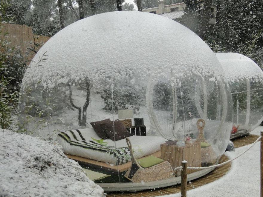 «Отель пойманной мечты» (Attrap Reves Hotel) из прозрачных надувных номеров-пузырей, Франция - зимой
