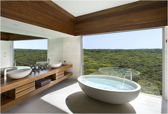 5-тизвездочный Южноокеанический лодж на острове Кенгуру В Австралии (The Southern Ocean Lodge) - ванная и окна от пола до потолка