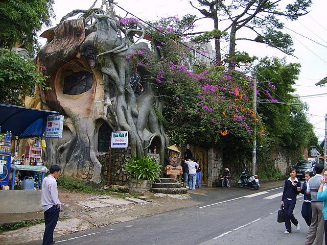 «Гостевой дом Ха Нга» (Hang Nga Guesthouse), Вьетнам - вид с дороги