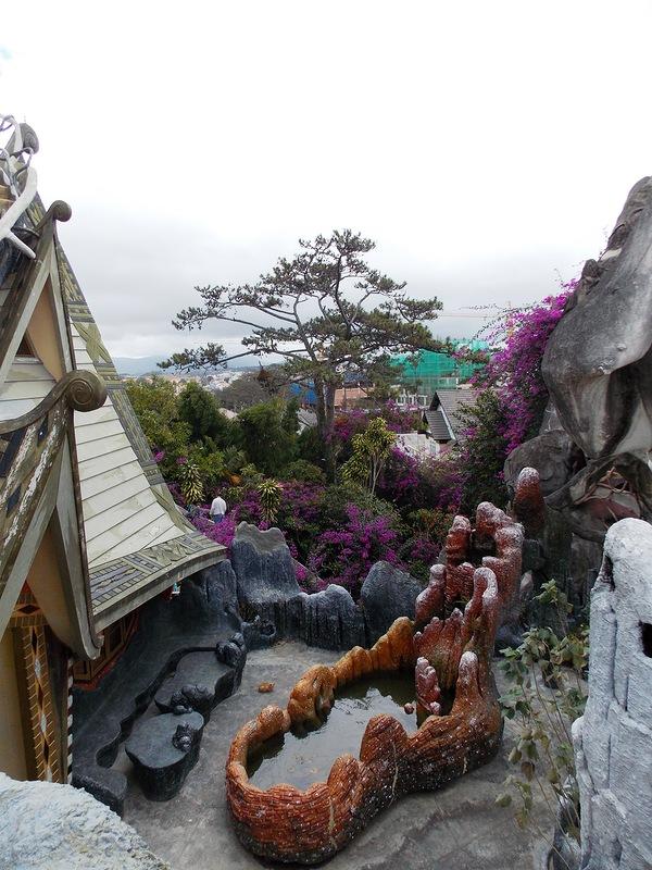 «Гостевой дом Ха Нга» (Hang Nga Guesthouse), Вьетнам - искусственный водоем во внутреннем дворике