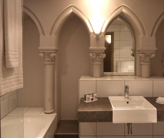 4-хзвездочный отель в церкви – «Martin's Patershof Church Hotel», Мехелен, Бельгия - ванная с колоннами