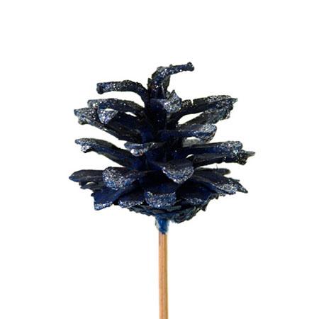 Некоторые элементы венков, вроде яблок или шишек, желательно предварительно сажать на проволоку для рукоделия или приклеивать к палочкам
