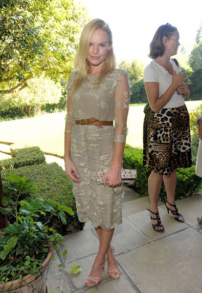 элегантное и прекрасное шалфейно-зеленое платье с кожаным поясом,