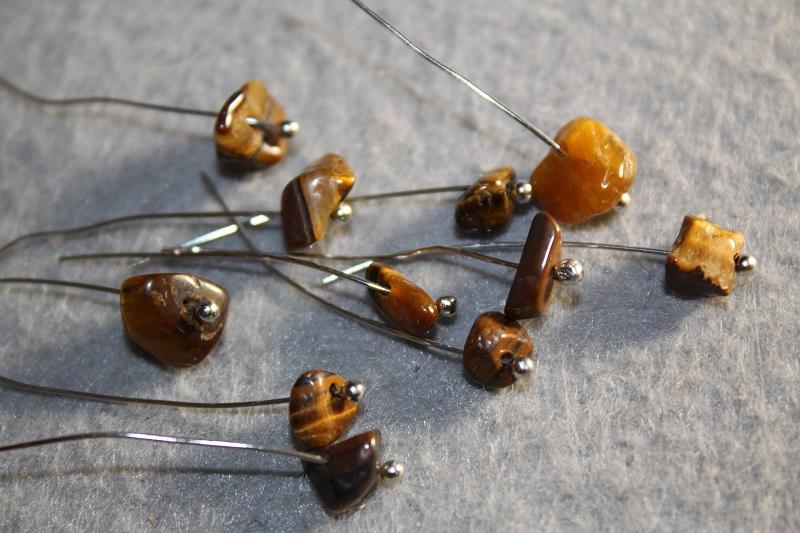 Как сделать простые сережки из каменной крошки и бусин