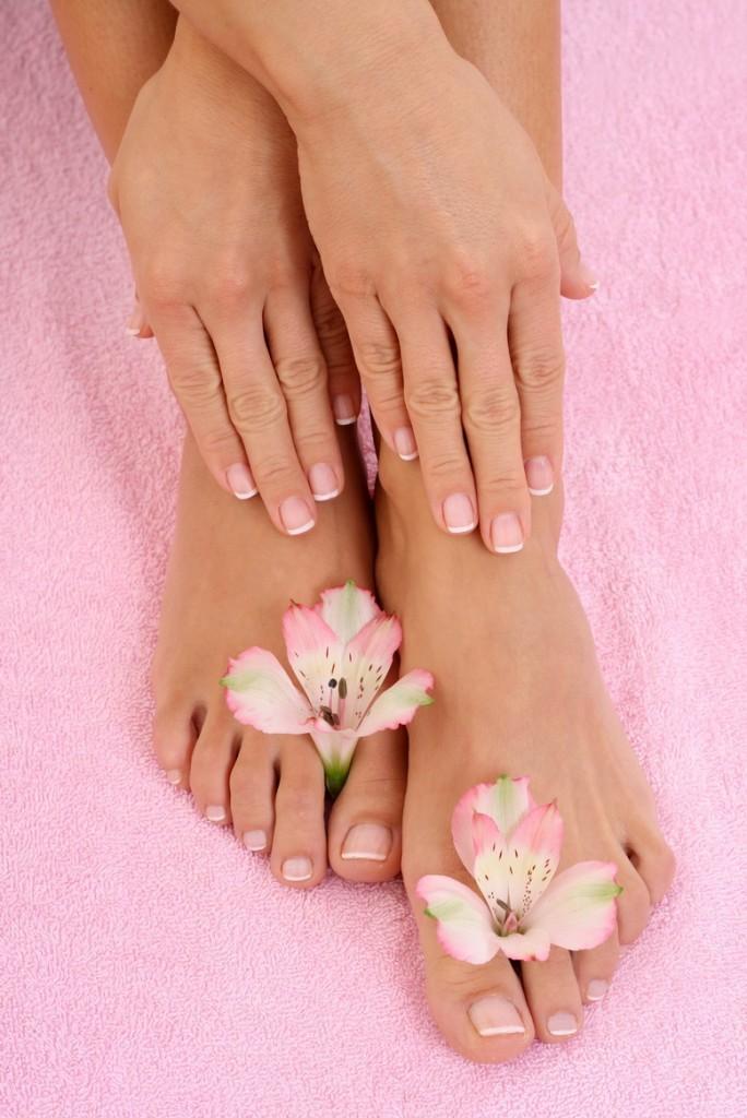 ухоженные руки и ноги ножки гладкая кожа французский маникюр педикюр