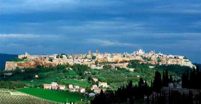 Орвието Умбрия, Италия, вид на город и поля