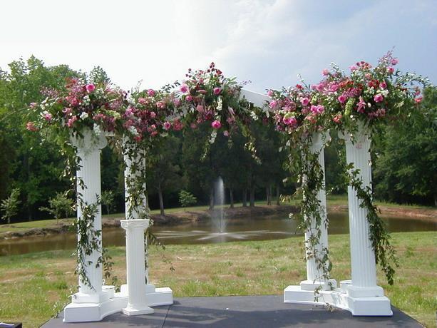 арка с цветами в саду