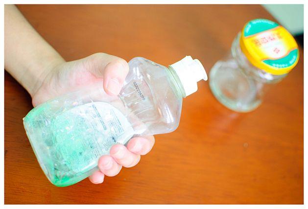 средство для мытья посуды в руке