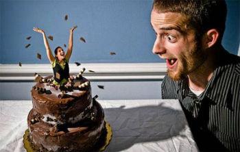сюрприз миниатюрная девушка выскакивает из торта