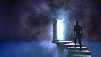 человек во сне поднимается по каменной лестнице к открытой двери свету в пустом пространстве