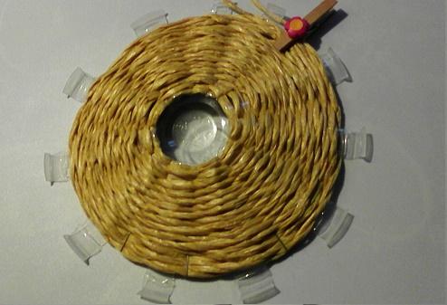 Как сделать неординарное объемное панно из стаканчика, шнура и салфеток